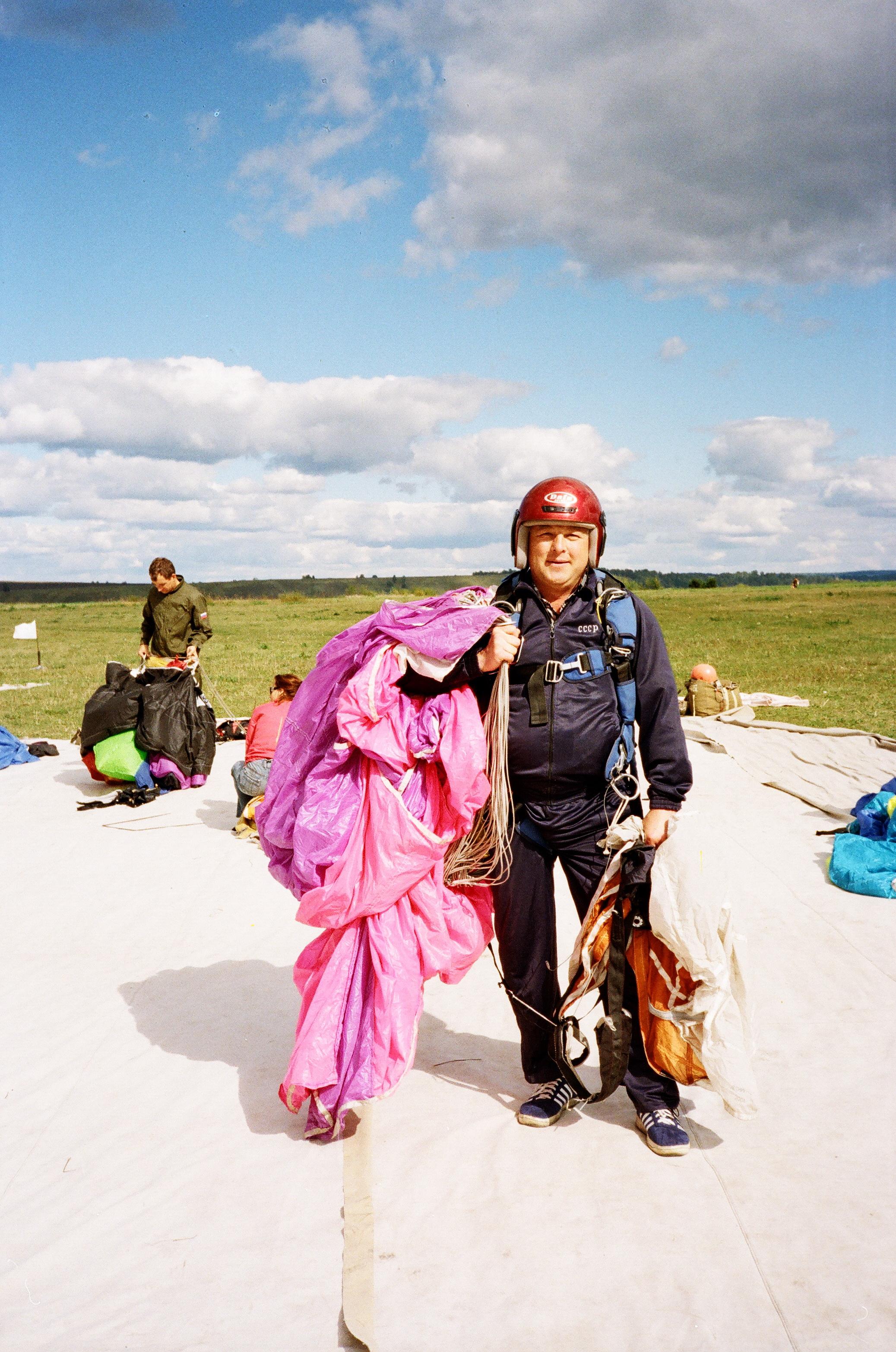 Прыжки с парашютом Красноярск Аэродром ДОСААФ Манский После очередного прыжка Парашют Лесник-3 Высота прыжка 1300 метров