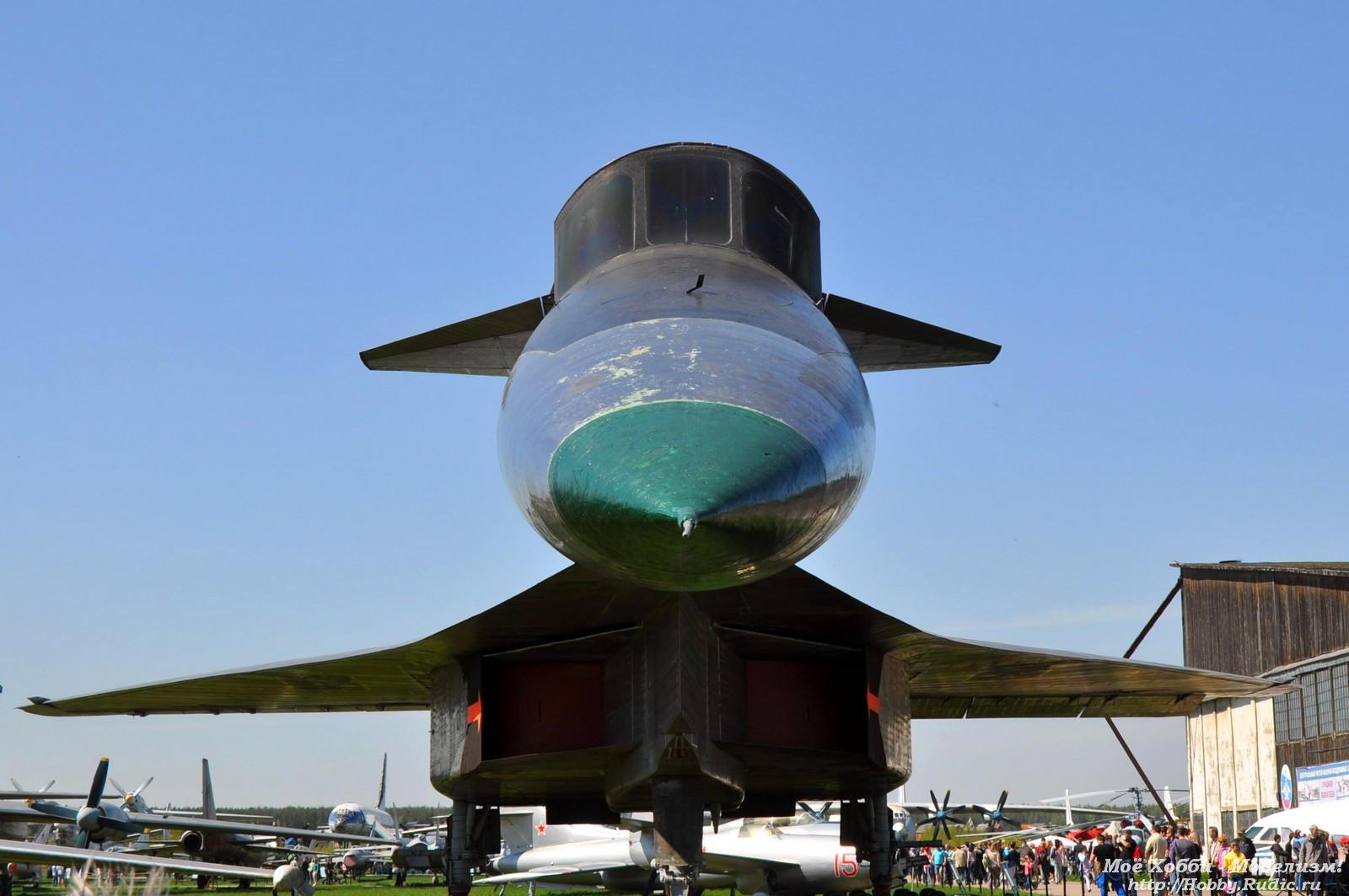 Сверхзвуковой бомбардировщик Су-100 или Т-4 Передние стабилизирующие крылышки указывают на аэродинамическую схему УТКА