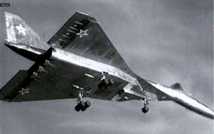 Сверхзвуковой бомбардировщик Су-100 или Т-4 в первом испытательном полёте