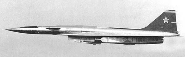 Сверхзвуковой бомбардировщик Су-100 или Т-4 в полёте на крейсерской скорости