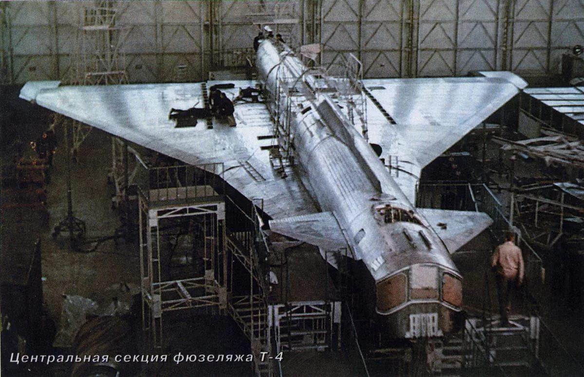 Сверхзвуковой бомбардировщик Су-100 или Т-4 в сборочном цехе на Тушинском машиностроительном заводе