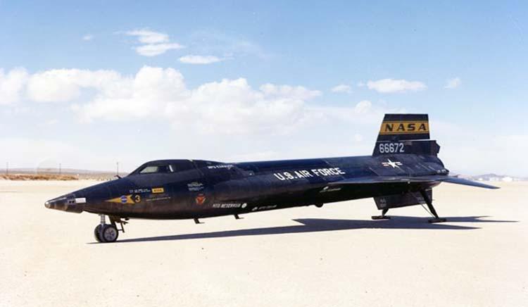 Американский экспериментальный гиперзвуковой самолёт X-15 после посадки