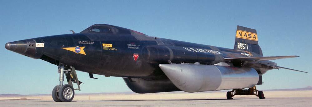 Американский экспериментальный гиперзвуковой самолёт X-15 с дополнительными топливными баками которые сбрасываются после использования топлива