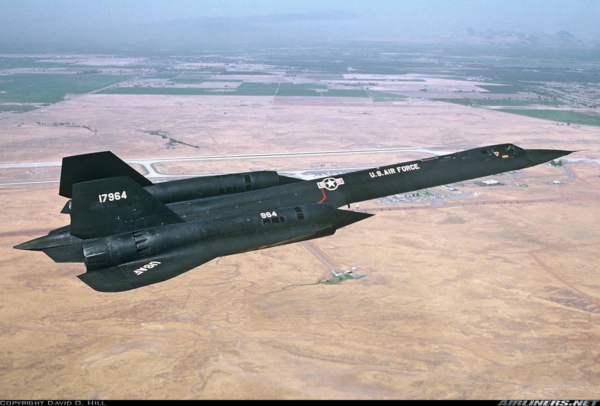 Американский гиперзвуковой стратегический разведчик SR-71 Blackbird в полёте