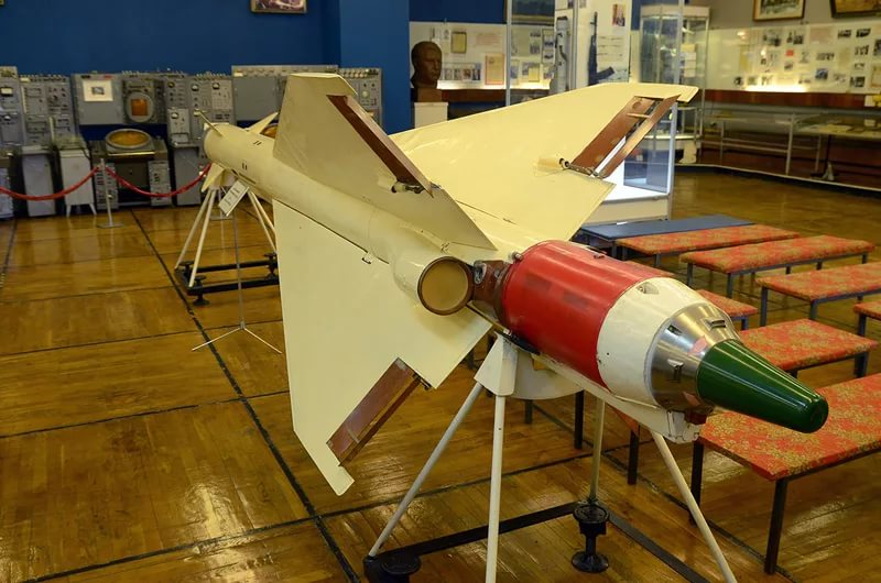 Авиационная ракета класса воздух-воздух средней дальности Р-40