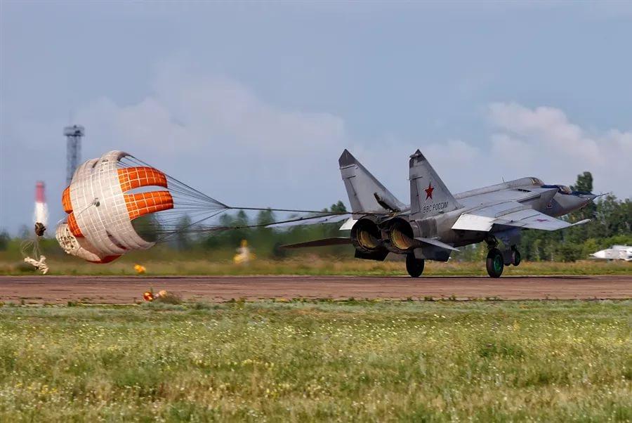 Истребитель-перехватчик МиГ-25 на посадке Учебная модификация Выпущены тормозные парашюты