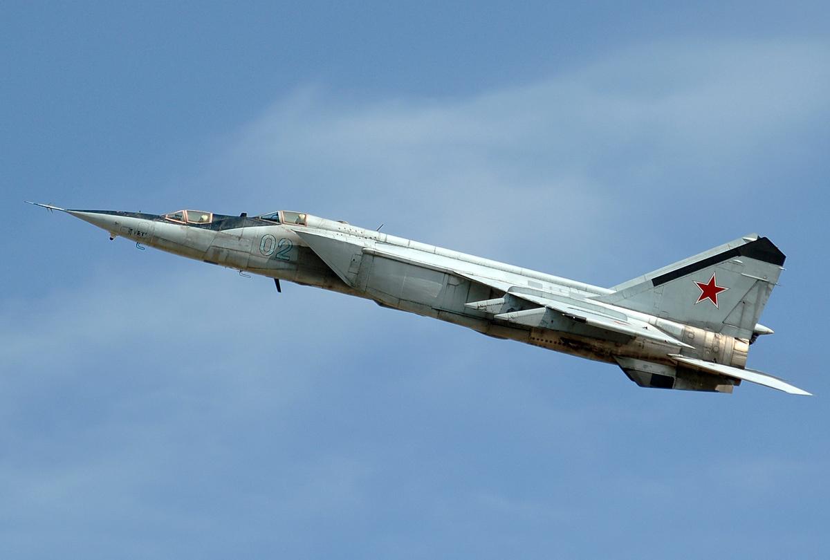 Истребитель-перехватчик МиГ-25 на взлёте Учебная модификация самолёта