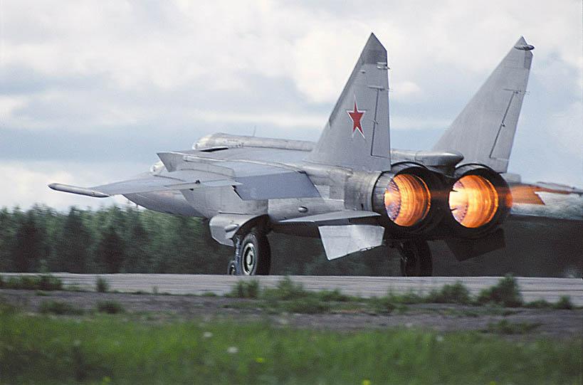 Истребитель-перехватчик МиГ-25 на взлёте на форсаже Учебная модификация машины