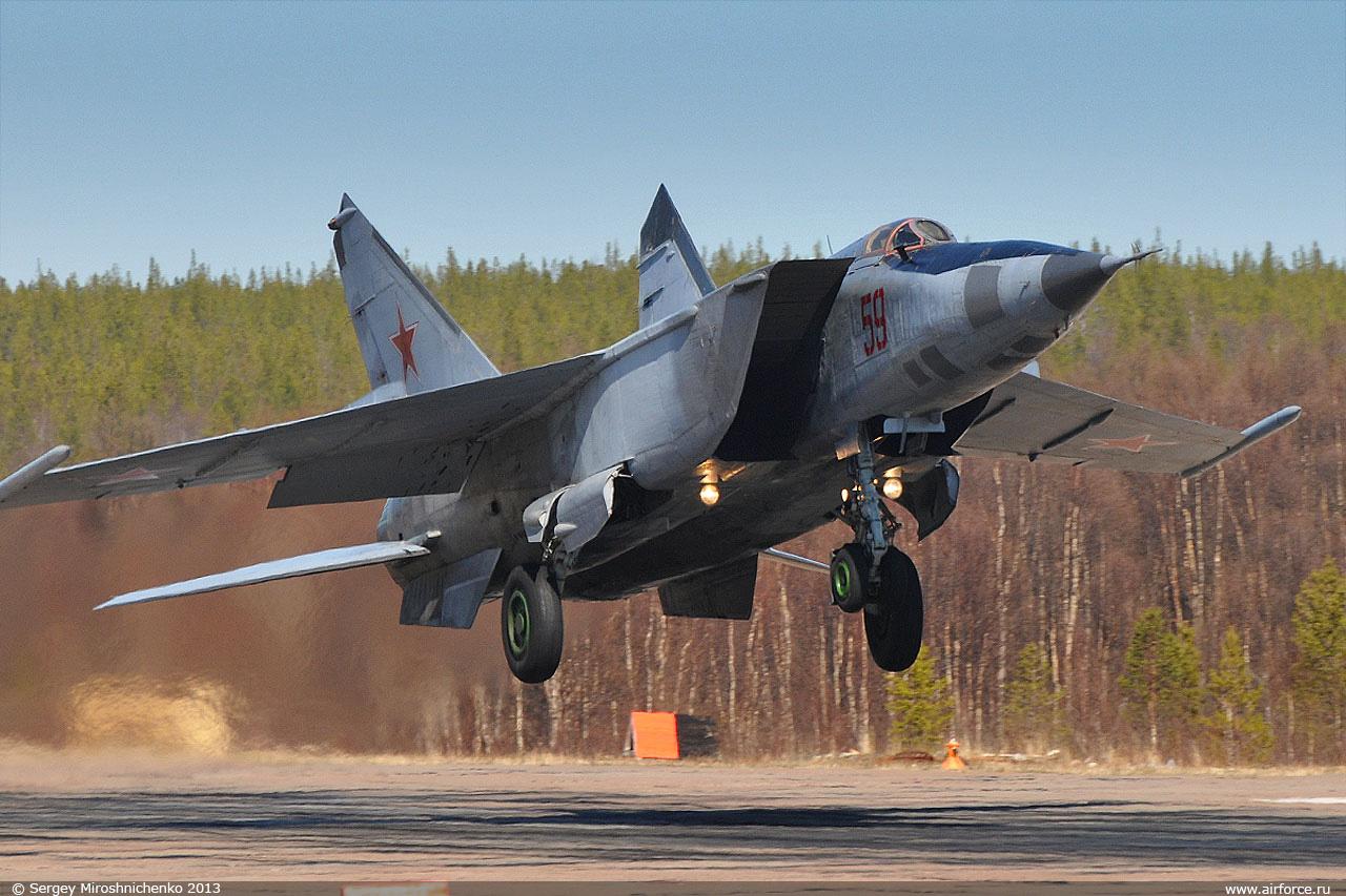 Истребитель-перехватчик МиГ-25 на взлёте в момент отрыва