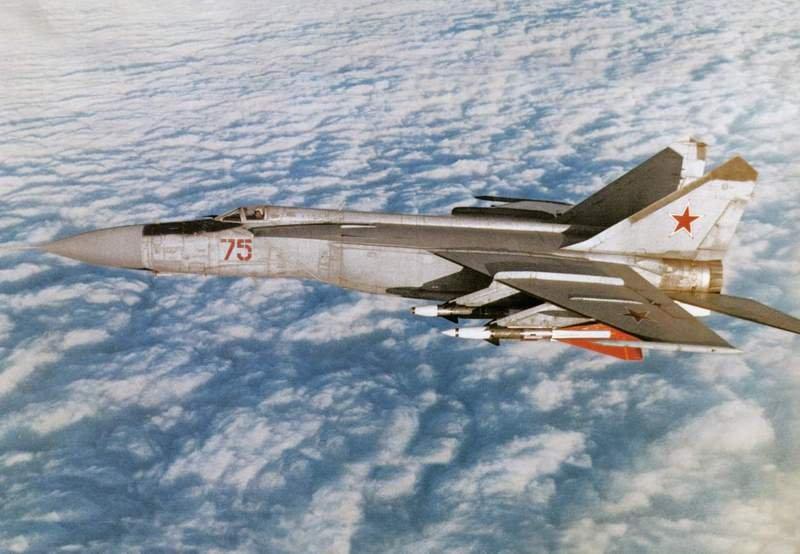 Истребитель-перехватчик МиГ-25 в полёте Самолёт несёт ЧЕТЫРЕ ракеты