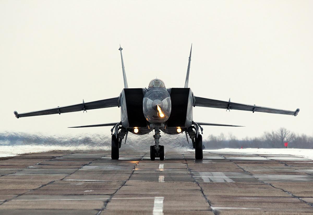 Истребитель-перехватчик МиГ-25 во время рулёжки по аэродрому
