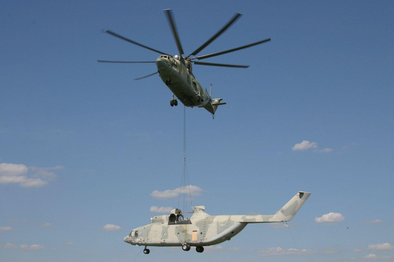 Самый большой в мире СЕРИЙНЫЙ транспортный вертолёт Mи-26 перевозит фюзеляж транспортного вертолёта Ми-26 на внешней подвеске