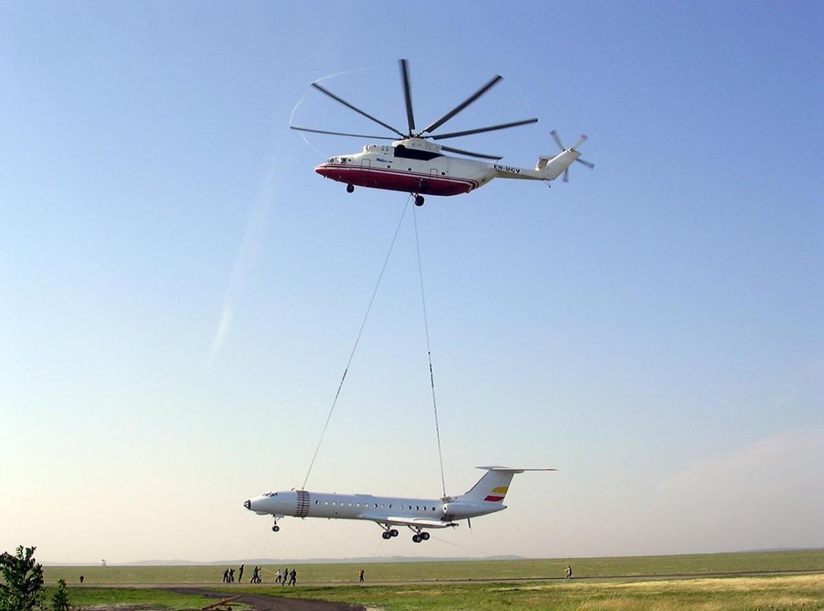 Самый большой в мире СЕРИЙНЫЙ транспортный вертолёт Mи-26Т перевозит на внешней подвеске фюзеляж самолёта Ту-134