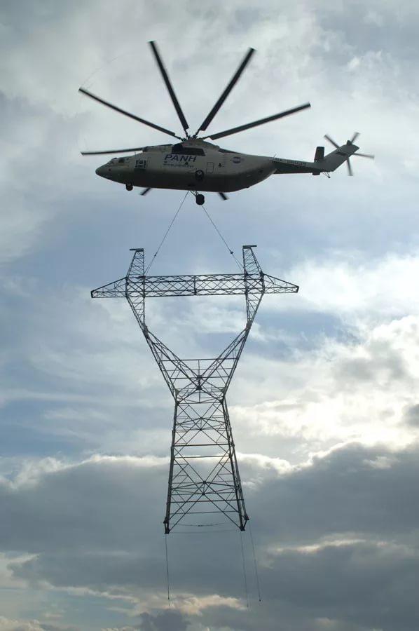 Самый большой в мире СЕРИЙНЫЙ транспортный вертолёт Mи-26Т перевозит на внешней подвеске мачту высоковольтной линии электропередач
