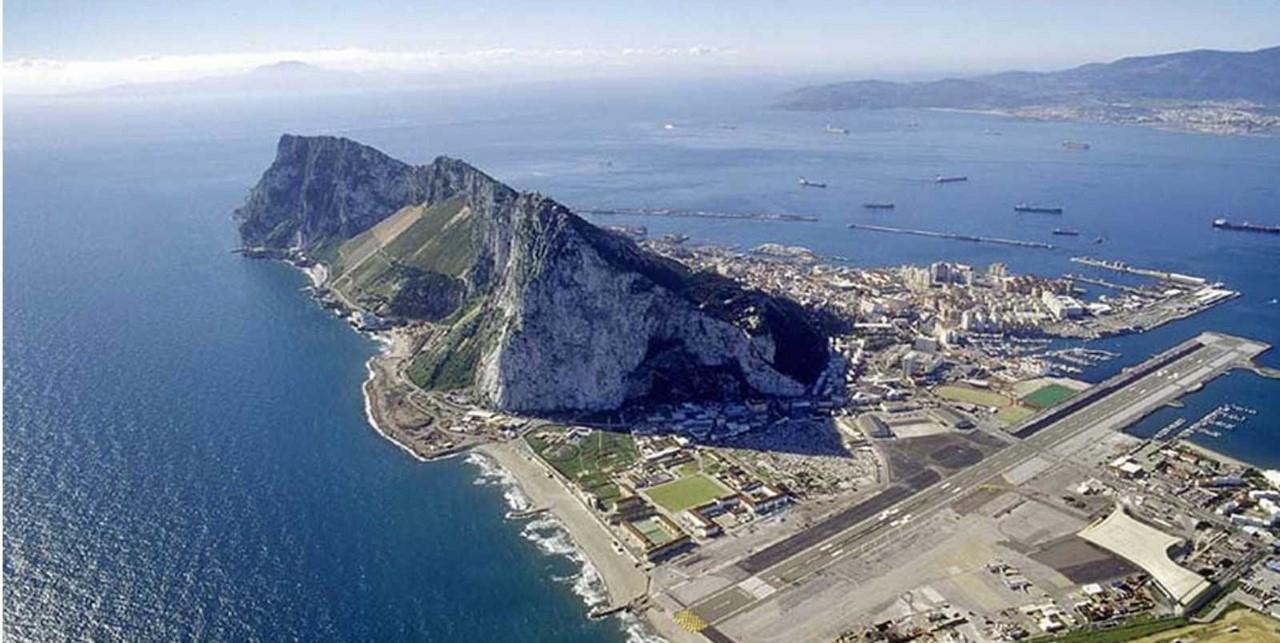 Аэропорт Гибралтара Взлётно-посадочная полоса находится рядом со скалой