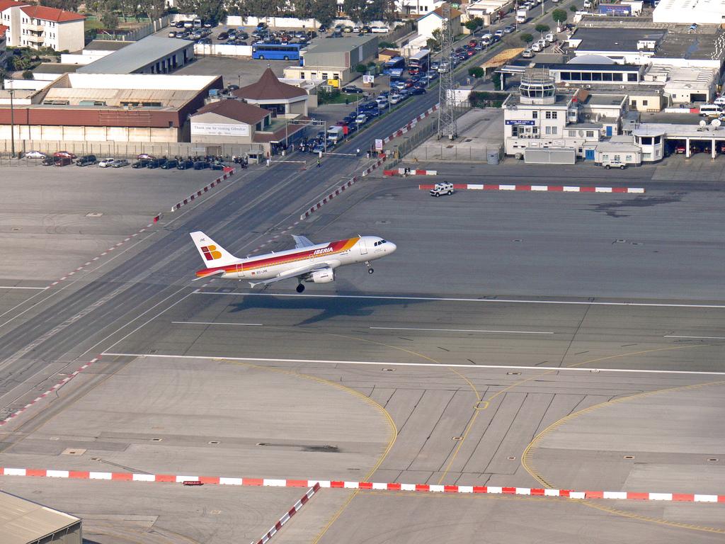 Аэропорт Гибралтара Взлётную полосу пересекает автомобильная дорога Взлёт самолёта