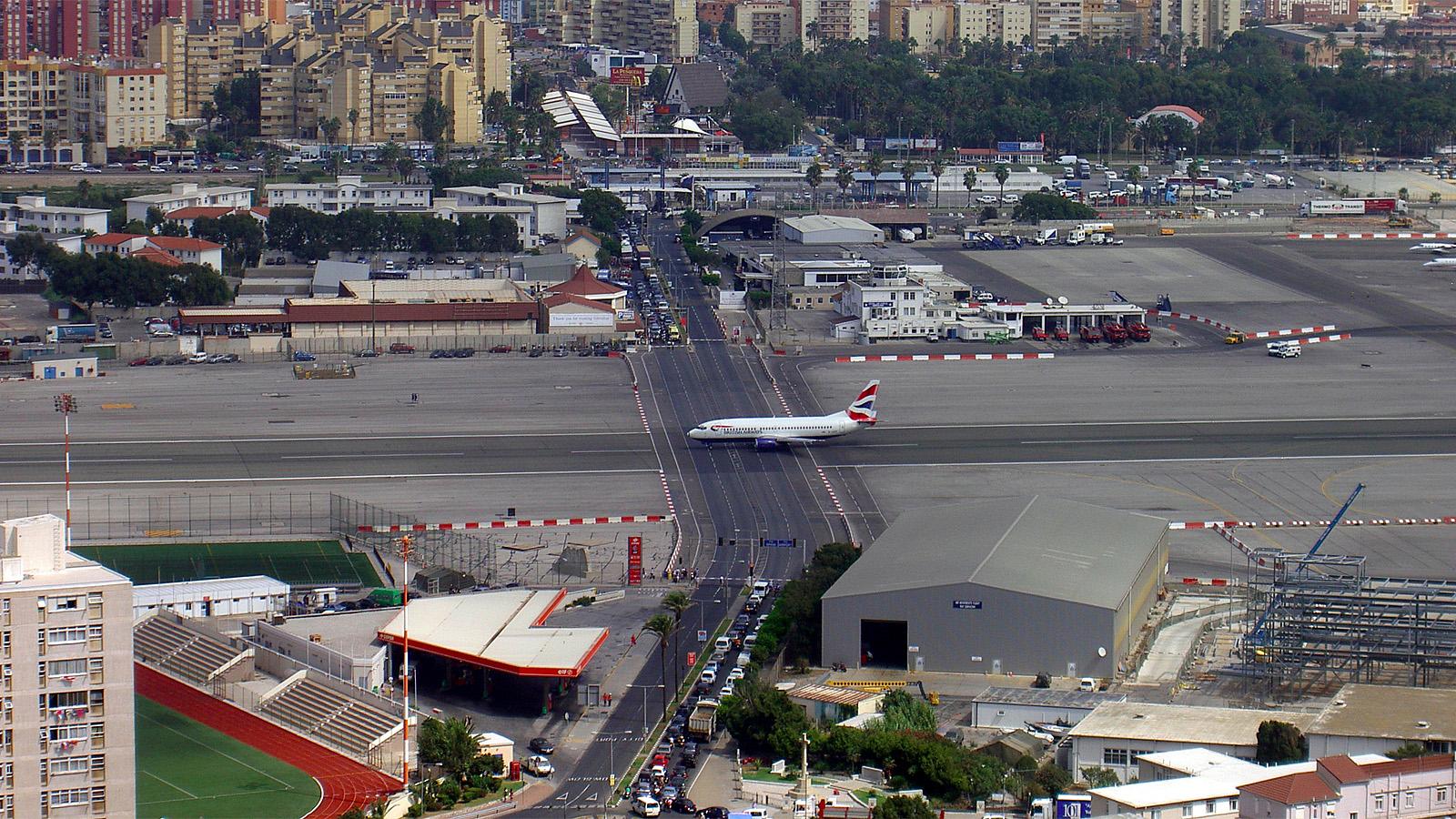Аэропорт Гибралтара Взлётную полосу пересекает автомобильная дорога