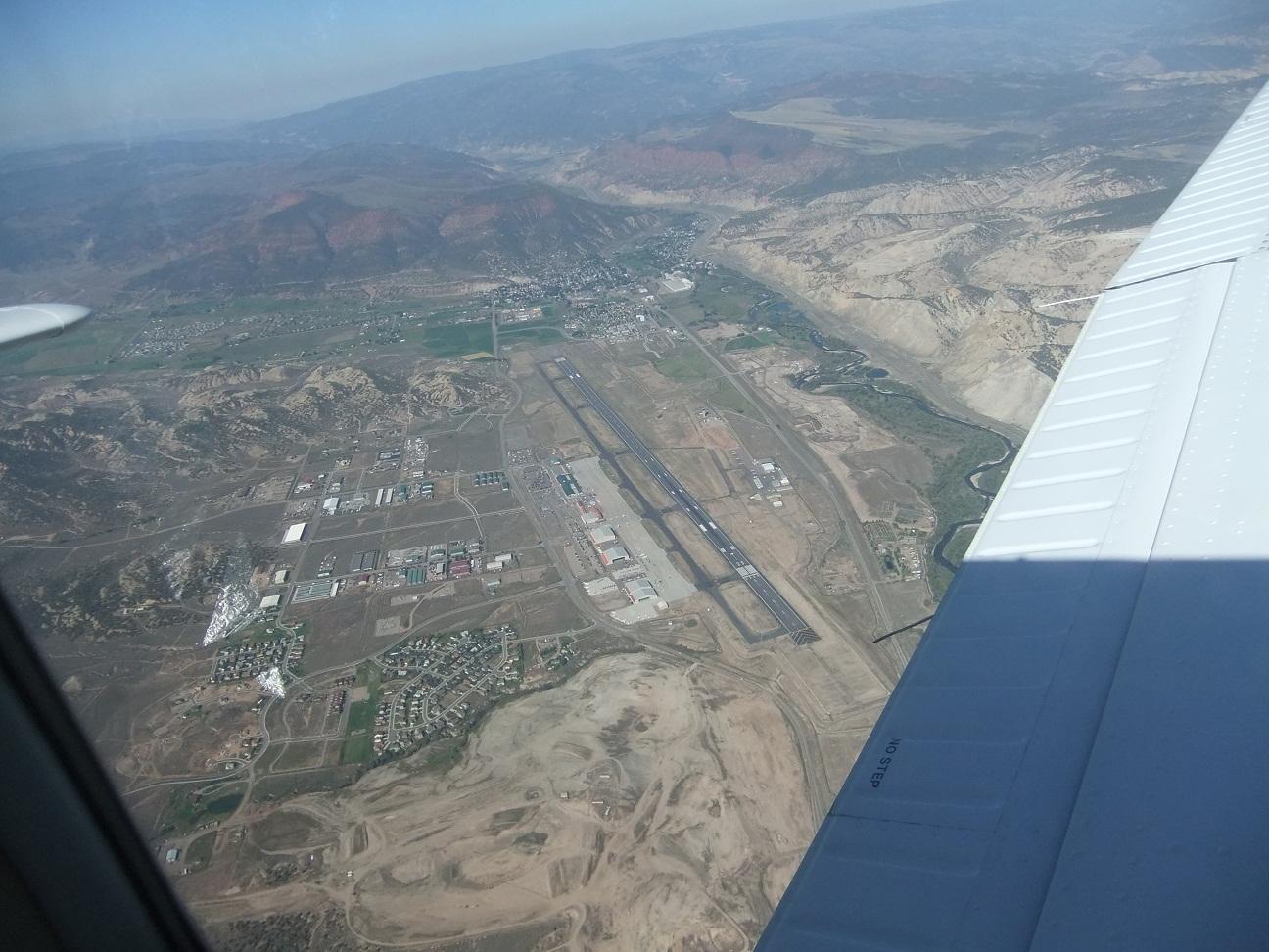 Аэропорт Игл Каунти Риджинал (Eagle County Regional) в США Вид из иллюминатора самолёта