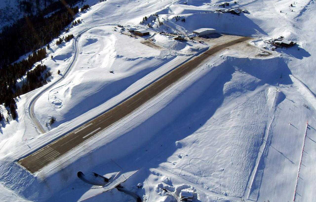 Горный аэропорт Куршевель во Франции Взлётно-посадочная полоса расположена на крутом склоне горы Уклон горы составляет 18 градусов