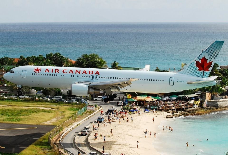 Карибское море Антильские острова Остров Сен-Мартен Аэропорт Принцессы Юлианы За несколько секунд до посадки проход над пляжем Боинг-767