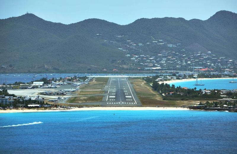 Карибское море Антильские острова Остров Сен-Мартен Аэропорт Принцессы Юлианы Заход на посадку со стороны пляжа Вид из кабины пилотов