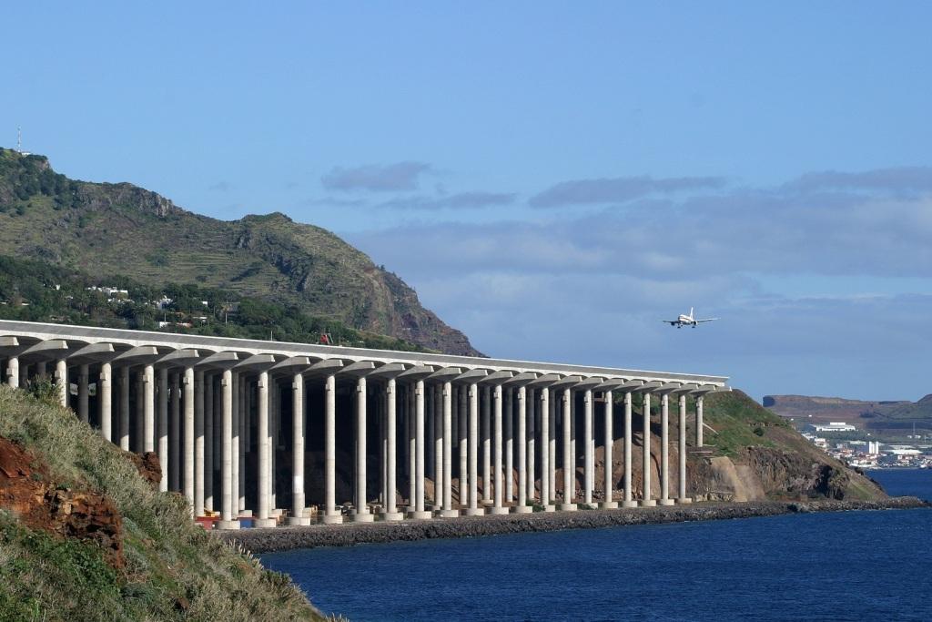 Посадка в аэропорту Мадейра в Португалии