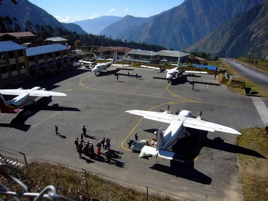 Стоянка самолётов в аэропорту Лукла (Lukla) в Непале