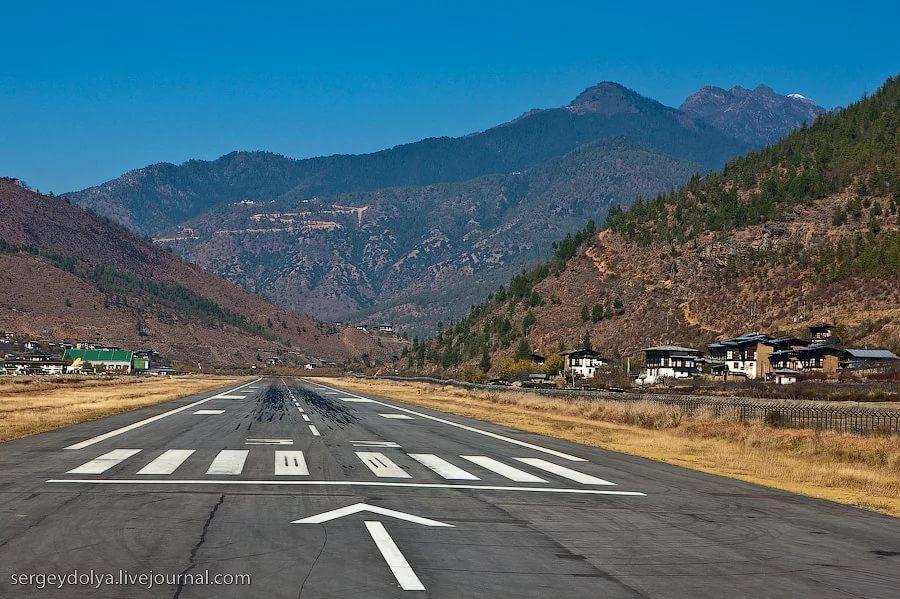 Взлётная полоса аэропорта Паро в Бутане