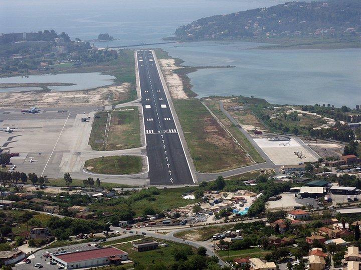 Взлётная полоса аэропорта города Керкира на острове Корфу в Греции