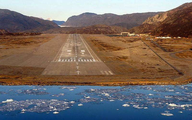 Взлётно-посадочная полоса аэропорта Нарсарсуак в Гренландии