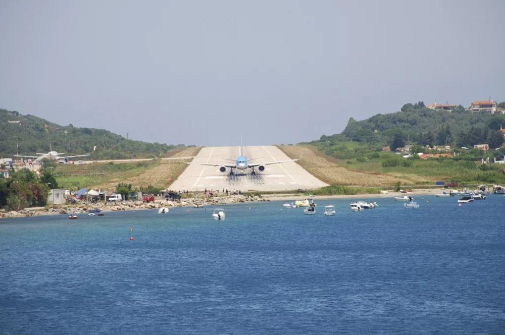 Взлётно-посадочная полоса аэропорта Скиатос (Skiathos) в Греции Противоположный конец полосы не видно