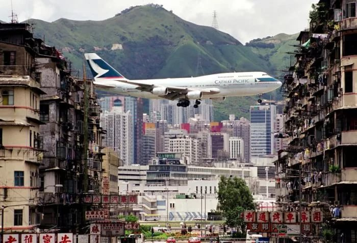 Заход на посадку в аэропорт Кай Так в Гонконге Самолёт Боинг-747 Выход на прямую