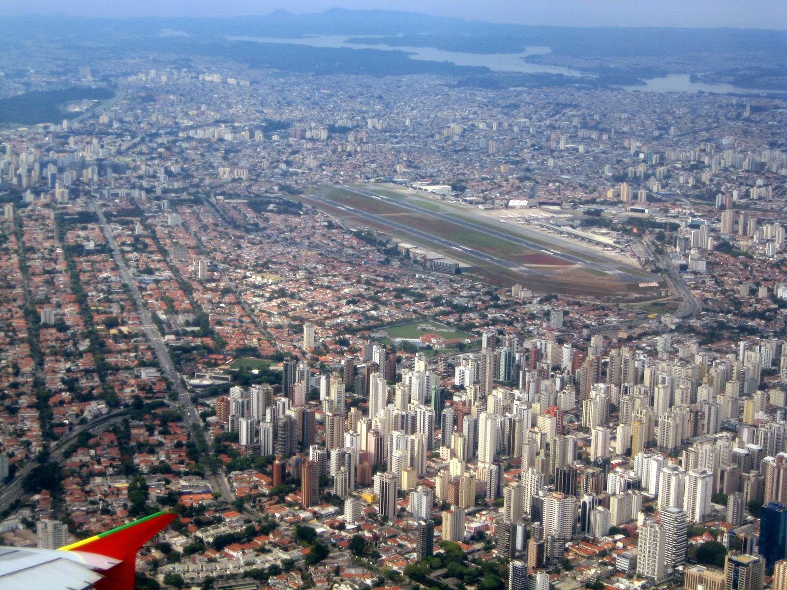 Заход на посадку в аэропорту Конгоньяс (Сongonhas) в городе Сан-Паулу в Бразилии