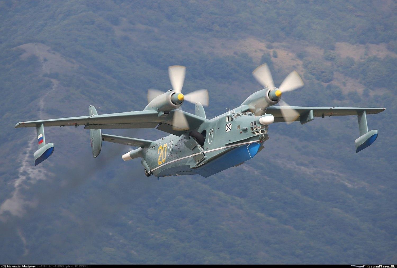Самолёт-амфибия ОКБ Г.М.Бериева Бе-12 на взлёте с залива Уборка шасси