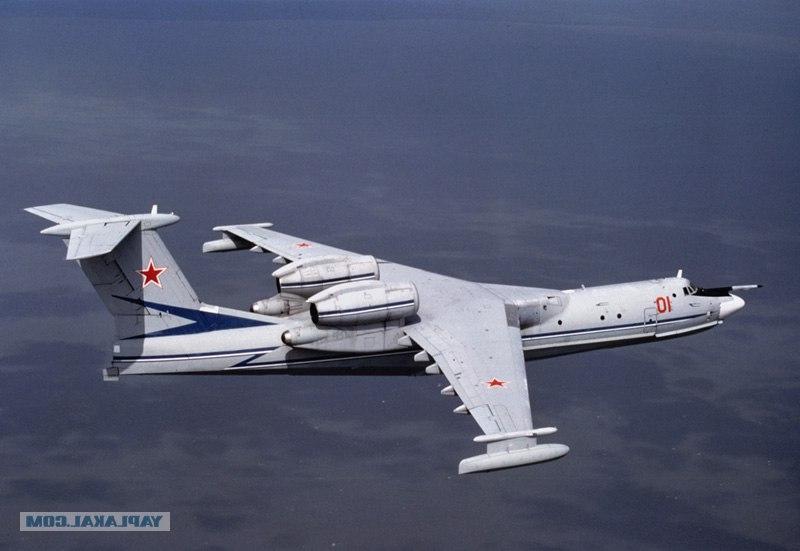 Советский самолёт-амфибия А40 Альбатрос в небе