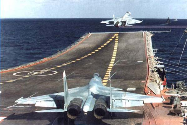 Авианосец адмирал Кузнецов Взлёт самолётов Су-30 с трамплина