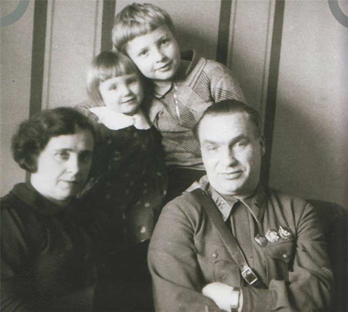 Валерий Павлович Чкалов со своей семьёй