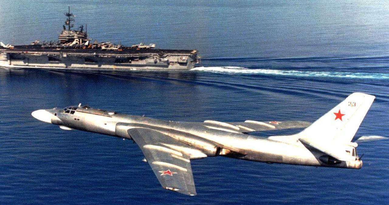 Ту-16 во время боевого вылета на фоне американского авианосца